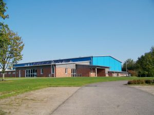 Schulgebäude und Sporthalle